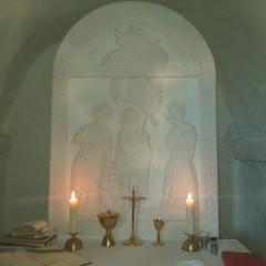 U Groti postavljena kamena kopija slike svetih Katarine, Marine i Jakova